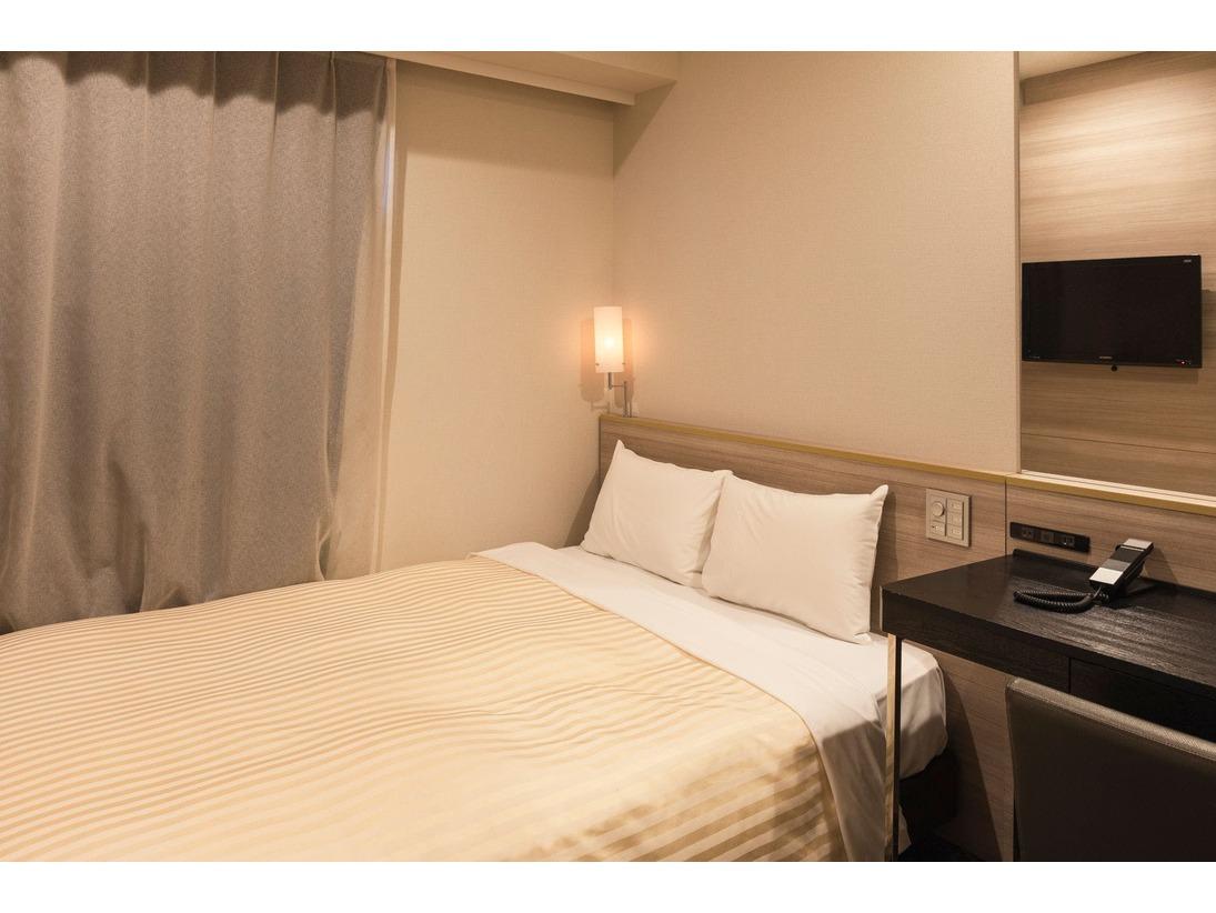 本館シングルルーム(客室面積13平米)シーリー社製140cm幅のベッドでお休みいただけます。