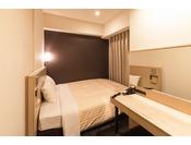 別館デラックスダブルルーム(客室面積14平米)シーリー社製160cm幅の広めのベッドでお休みいただけます。荷物を広げるスペースは少なくなっております。
