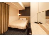 別館スーペリアダブルルーム(客室面積15平米)シーリー社製140cm幅の広めのベッドでお休みいただけます。