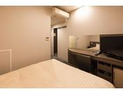 本館コンフォートダブルルーム(客室面積12平米)シーリー社製160cm幅の広めのベッドでお休みいただけます。