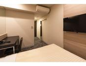 本館ダブルルーム(客室面積13平米)シーリー社製140cm幅のベッドでお休みいただけます。