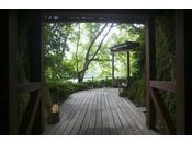【館内風景】百楽荘ではどのお部屋からも九十九湾を眺め、やすらぎにあふれたひとときがお過ごしいただけます。お好きなお部屋で「ごゆっくりと、百人百様の休日を」。
