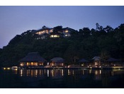 【外観】九十九湾を一望できる高台に建つ「百楽荘」は、こだわりの施設に加え、展望台、専用釣り桟橋、遊歩道なども完備した、自然と触れあえる趣向を凝らした隠れ宿。