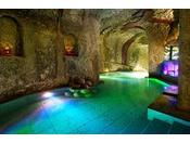 【海洋深層水洞窟風呂】77歳の翁が3年もの歳月をかけ手彫りで彫り上げた洞窟風呂は、神秘的な光と音にあふれた幻想的な癒しの空間。壺風呂のある展望テラスからは四季折々の美しい九十九湾の眺望も愉しめ、心身ともにリラックスできる。