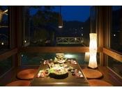 お食事処【海床】幻想的にライトアップされ、九十九湾の上に静かに浮かんだお食事処。