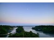 【風景】複雑に連なる入江が深く静かに水をたたえ、刻一刻と変化する美しい表情が見るものの心をつかんで離さない【日本百景・九十九湾】。『どこか懐かしい心休まる景色を眺め、何もしない休日』。そんな贅沢を楽しみませんか。