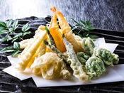 【ブッフェ・一例】海の天ぷら3兄弟!エビ・アナゴ・小柱のかき揚げ、春の山菜など揚げたてをどうぞ。