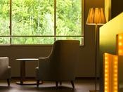 【ラウンジ】高層フロアのフリースペースから豊かな自然を一望。静かで贅沢な空間です。