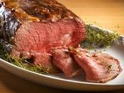 【夕食ブッフェ一例】赤身と脂身のバランスが絶妙なローストビーフ。