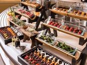 【夕食ブッフェ一例】畑コーナーでは新鮮野菜をお楽しみ下さい。