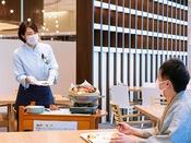 【夕食ブッフェ・一例】お席をまわって出来たてのお料理をお届けするラッキーワゴン。