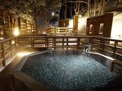 【森の散歩湯WOOD SPA】雪の中で幻想的な湯浴みをお楽しみ下さい。