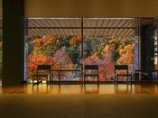 【ロビー】秋には美しい紅葉が眼前に広がります。