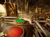 【森の散歩湯WOOD SPA】冬の夜、雪原の中に浮かび上がるように色鮮やかな香り湯。