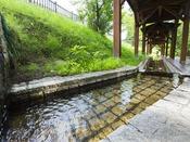 【足湯】長流川のせせらぎを聞きながら、天然温泉をお楽しみ下さい。