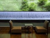 【ロビー】水のアートを眺めながら、ソファでしばし談笑のひとときを。