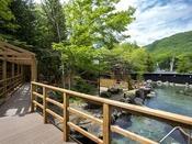 【ウッドデッキの回廊】手つかずの自然に囲まれた露天風呂。森のお散歩へとお出かけください。