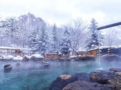 【大露天風呂HOSHI★ZORA】雪に覆われた北湯沢を一望する150坪の広大な露天風呂。