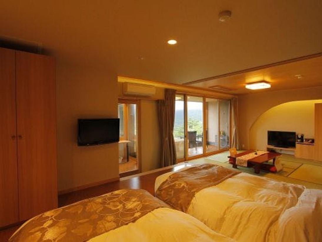 温泉露天風呂付スイート一例(305織姫)。広々とした客室で贅沢なひとときをお過ごしください。