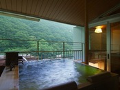 ロイヤルフロア:源泉かけ流しの「展望露天風呂」と「内湯ひのき風呂」をご用意したお部屋もございます