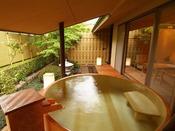 離れ松林亭:24時間、お好きなお時間にご利用いただける広い湯舟は、露天風呂付きのお部屋ならではの贅沢なひととき…