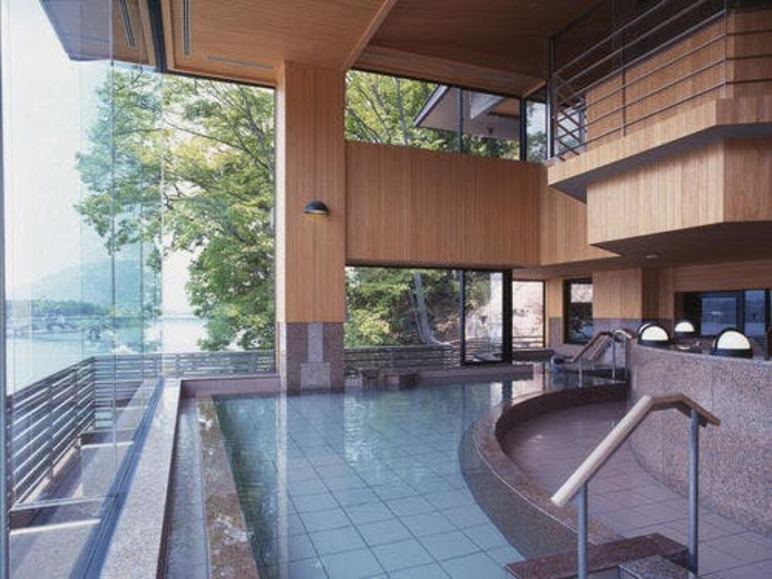 二層づくりの大風呂。正面には富士山と河口湖が広がり、風景にとけこむような感覚を味わえます。