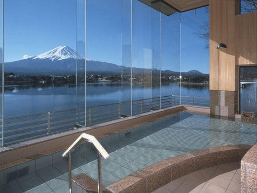 富士山を一望。温泉につかりながら、富士山と河口湖を一望できる展望浴。