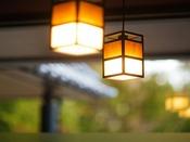 ◆館内風景◆あたたかな橙色の灯りが揺れる。心を落ち着けて、おくつろぎください