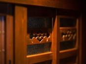◆館内風景◆館内のそこここには、まるで古民家のような温かみと淑やかさを兼ね備えたあつらえが多数