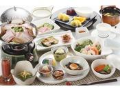 和食を中心に地物野菜・ジュース、三陸産の魚・海藻が並びます。