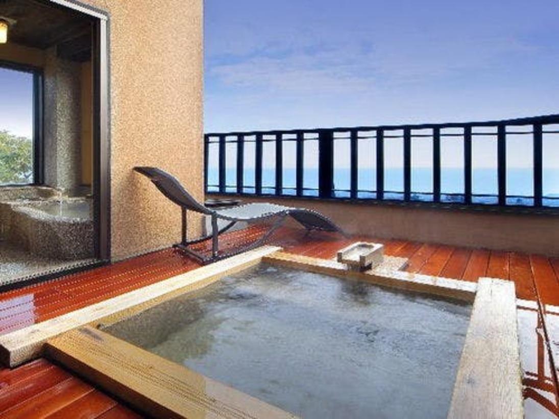 当館で一番小さいお部屋、【雪タイプ】の露天風呂です。大人2名様お入り頂けます。目の前は伊豆大島がご覧いただけます。