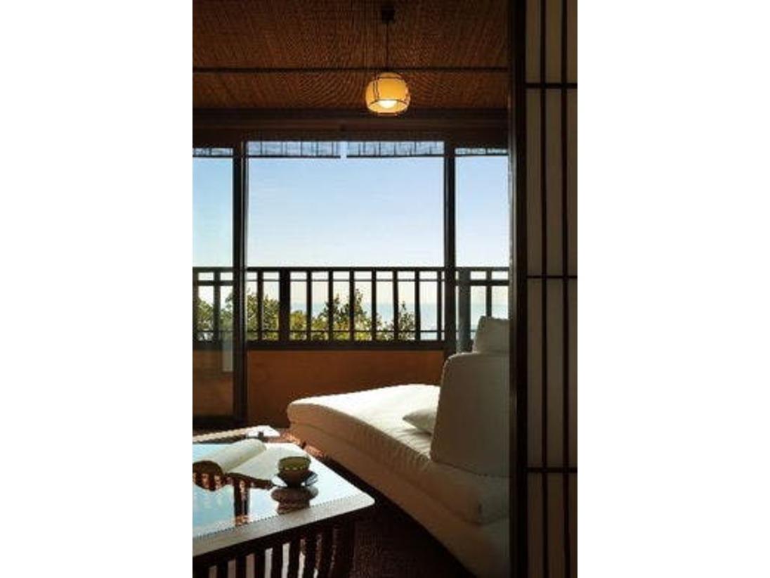 雪タイプ【ほおずき】の1階に設置してあるソファーです。海が見える窓のそばで、読書などはいかがでしょうか。