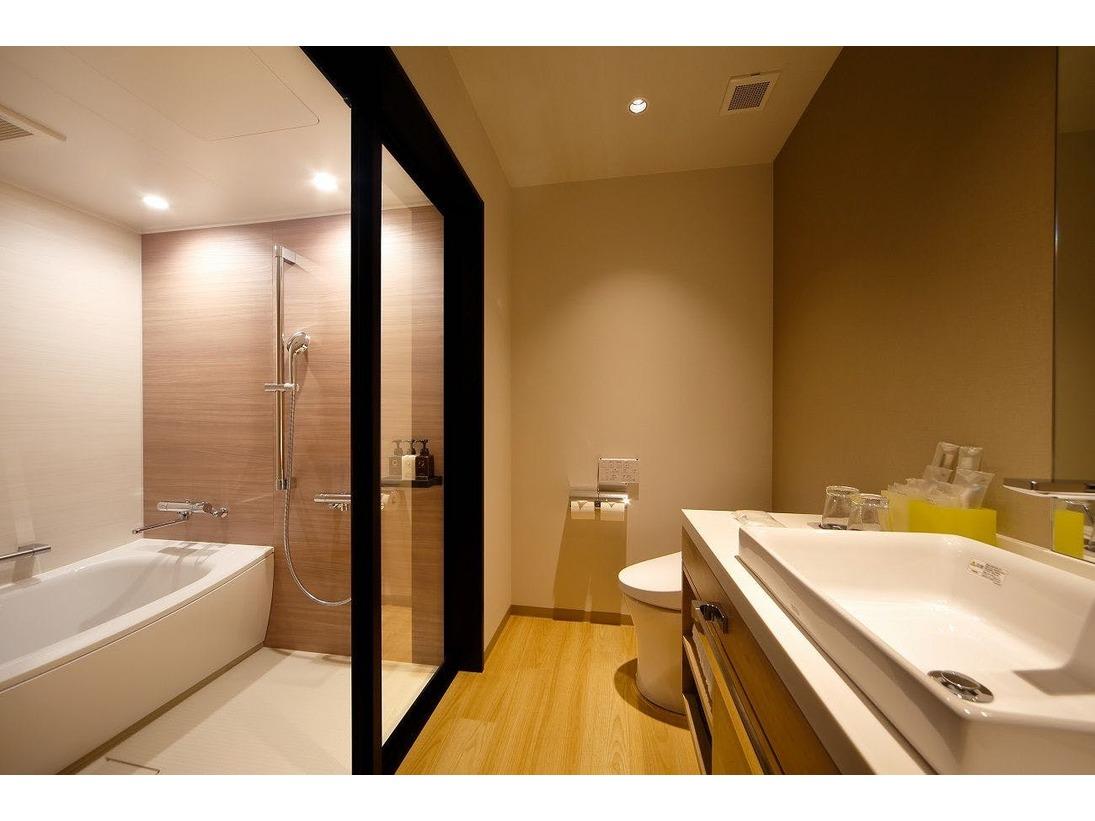 ゆったり広々としたバスルームでおくつろぎのひとときを。バスルームは全室独立、洗い場付きです。カラリ床を使用しており、快適・清潔にご利用いただけます。