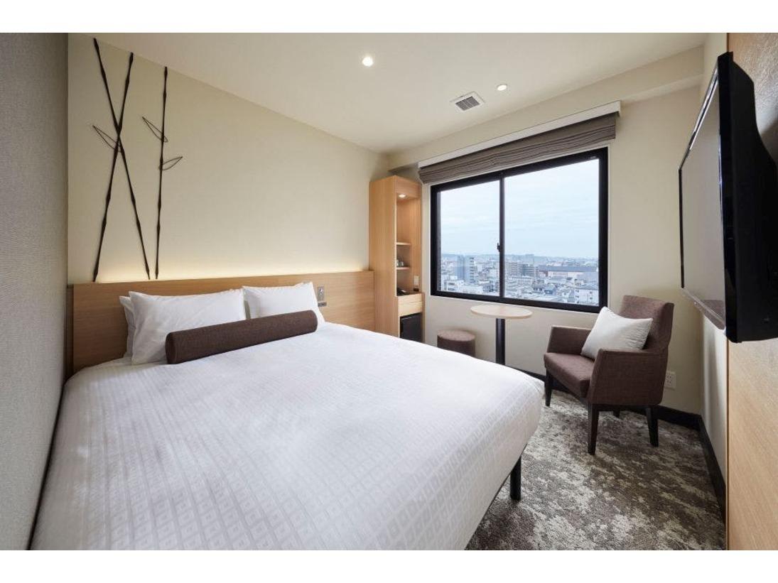 スマートで機能的なレイアウトのお部屋にはクイーンサイズベッドを配置。ご夫婦や小さなお子様連れのお客様にお勧めのお部屋となっております。ゆとりの空間で快適な滞在をお過ごしください。