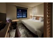 ベッドを2台寄せてハリウッドツインとしてご利用いただけます。他のお部屋と比べても唯一のベッドの広さとなっており、ゆったりと1名様でも、ご夫婦や小さなお子様連れのお客様にも、様々なお客様にお選びいただけるお部屋となります。