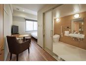 トイレ・バスルームにはスライディング式ドアを使用し手すりをお付けしたユニバーサルタイプ。広々として使いやすい仕様となっております。すべてのお客様に安全で快適なホテルライフをお過ごしいただけるお部屋をご用意しました。