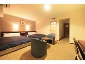 ゆっくりとくつろげる広さ31平米のツインルームは、140cm幅のダブルベッドを2台ご用意しております。エキストラベット1台を設置し最大3名さままでご利用いただけるお部屋です。ご家族やお友達との宿泊にお勧めです。