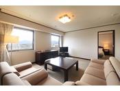 リビングルームと寝室が分かれており、ゆったりとご滞在いただけます。最上階に位置し、市内を一望できる眺望も抜群です。ファミリー、記念日のご宿泊に最適です。