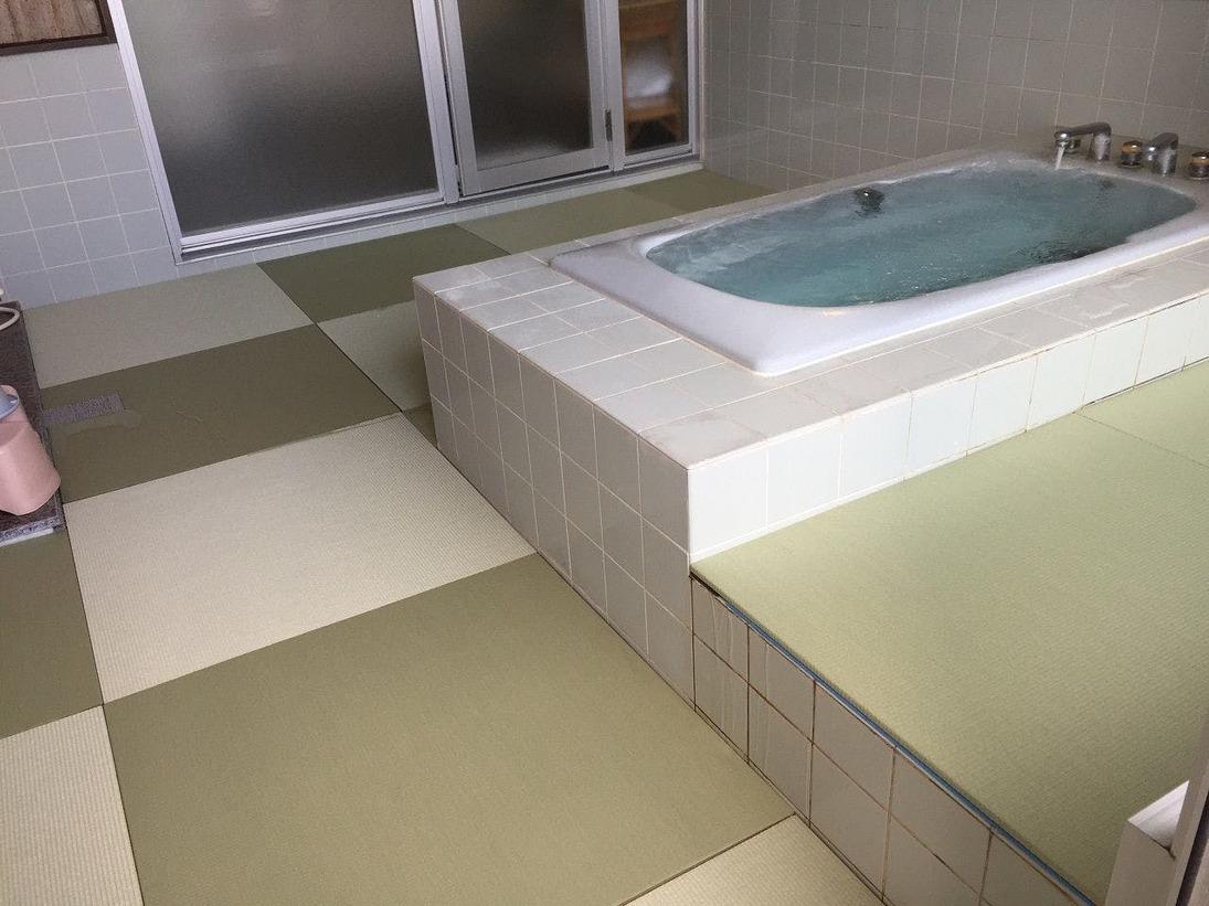 源泉かけ流しの貸切畳敷き風呂です。温泉は弱アルカリ性単純泉と単純硫黄泉のダブル美肌の湯ですしっとりとしたお肌になると人気です。
