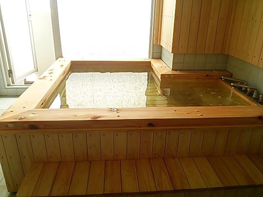 源泉かけ流しの貸切檜風呂です。温泉は弱アルカリ性単純泉と単純硫黄泉のダブル美肌の湯ですしっとりとしたお肌になると人気です。