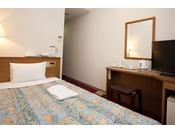 当ホテルのシングルルームになります。セミダブルベッドでごゆっくりとおくつろぎいただけます。