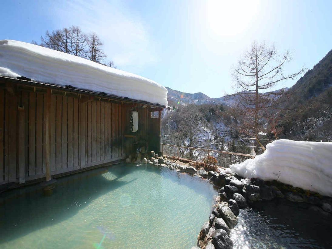 春の日差しが眩しい雪見露天風呂その日の天気や入浴人数により湯の色が変わります。黒い湯の華も珍しい