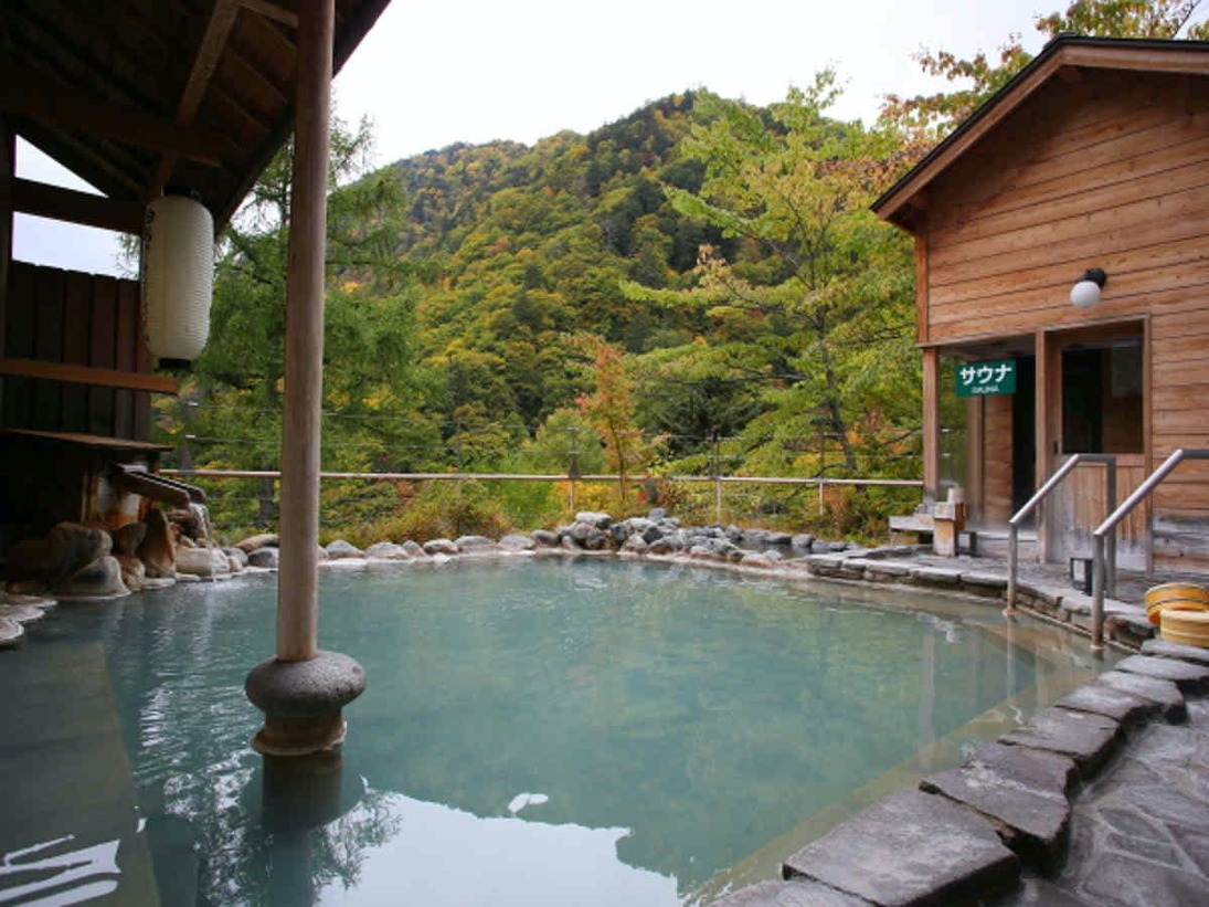 四季折々の景色が楽しめる露天風呂 夜には満天の星☆☆☆珍しい黒い湯の華も探してみてください。