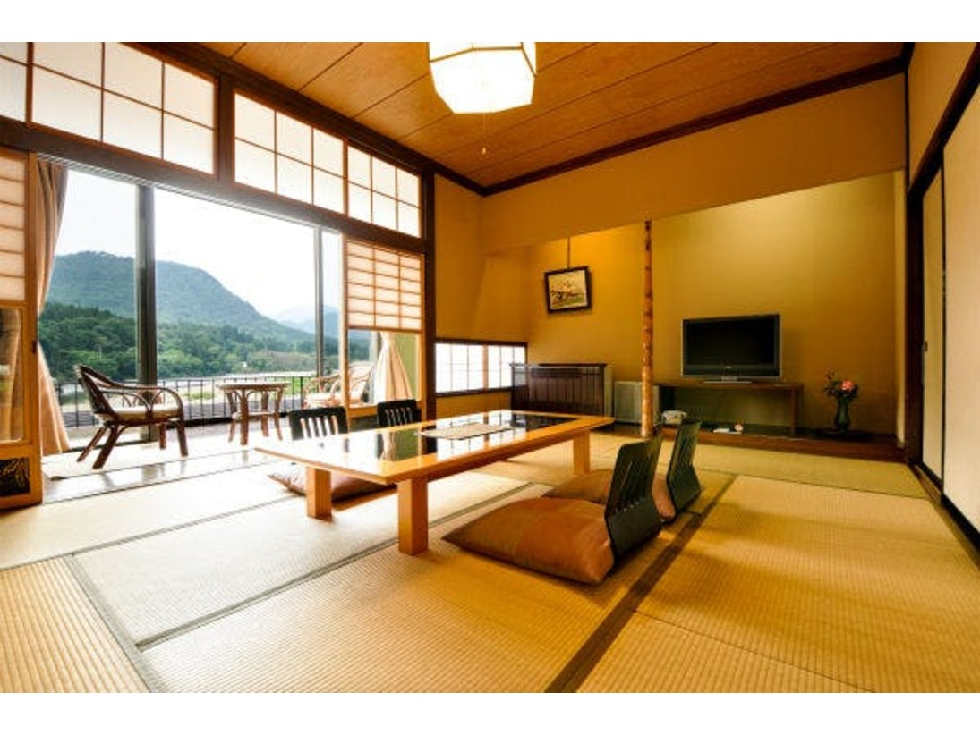 お部屋からは雄大な阿賀野川や奥阿賀の山々の絶景をお楽しみ頂けます。
