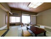 和室10畳全室正面玄関側向きになっており、窓の外には蓼科の自然を間近に感じられる和室。