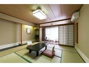 和室10畳全室正面玄関側向きになっており、窓の外には蓼科の自然を間近に感じられる和室です。
