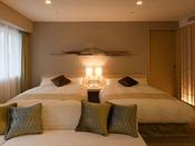 ラグジュアリースイートルームベッド、ソファ、畳、ビューバスを備えたスイートタイプ和洋室