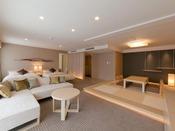 ラグジュアリースイートルームベッド、ソファ、畳、ビューバスを備えたスイートタイプの和洋室