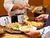 よりどり三国お料理コーナー:揚げたての天ぷらがお楽しみいただけます。