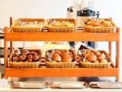 明るい店内でゆっくりと朝食をおたのしみくださいませ